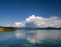 Wolken die in water nadenken Royalty-vrije Stock Foto