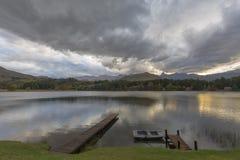 Wolken die water overdenken Stock Afbeelding