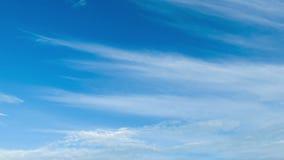Wolken die zich in de blauwe hemel bewegen stock videobeelden