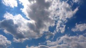 Wolken die zich in de Blauwe Schone Hemeltime lapse bewegen stock footage