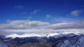 Wolken die zich over de berglandschap van de Kaukasus en de bostime lapse bewegen stock videobeelden