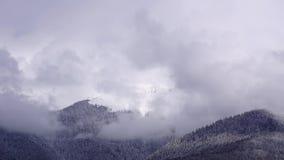 Wolken die zich over de berglandschap van de Kaukasus en de vallei bewegen tijd-tijdspanne stock footage
