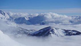 Wolken die zich over de berglandschap van de Kaukasus en de vallei bewegen tijd-tijdspanne stock videobeelden