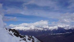 Wolken die zich over de berglandschap van de Kaukasus en de vallei bewegen tijd-tijdspanne stock video