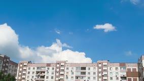 Wolken die zich over de Tijdspanne Met meerdere verdiepingen van de Gebouwentijd bewegen stock footage