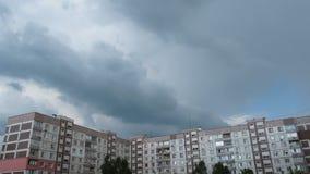 Wolken die zich over de Tijdspanne Met meerdere verdiepingen van de Gebouwentijd bewegen stock video
