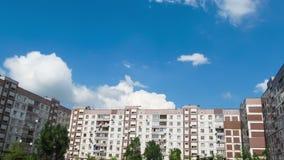 Wolken die zich over de Tijdspanne Met meerdere verdiepingen van de Gebouwentijd bewegen stock videobeelden