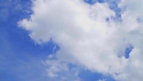 Wolken die zich over hemel bewegen stock video