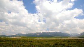 Wolken die zich over het gras, time lapsefotografie bewegen stock video