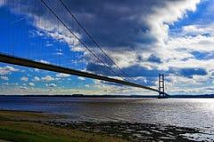 Wolken die zich over Humber-Brug, Hull, Humberside, Yorkshire verzamelen stock foto's