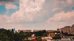 Wolken die zich snel meer dan een woonwijk in de stad bewegen stock footage