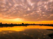 Wolken die zich tijdens de avond bewegen stock afbeelding