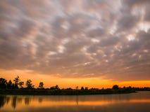 Wolken die zich tijdens de avond bewegen royalty-vrije stock afbeeldingen