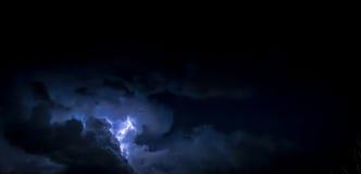 Wolken-Donner-Streik und Blitz nachts Lizenzfreies Stockbild