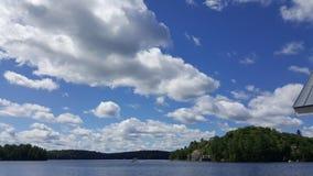 Wolken door het meer Stock Foto's