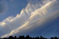 Wolken door zonsopgang worden verlicht die Stock Foto's
