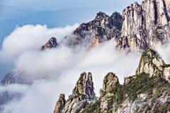 Wolken durch die Bergspitzen Lizenzfreies Stockfoto