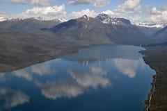 Wolken in een bergmeer dat worden weerspiegeld Royalty-vrije Stock Fotografie