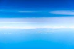 Wolken, een mening van vliegtuigvenster Stock Afbeelding