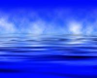 Wolken in een oceaan worden weerspiegeld die Royalty-vrije Stock Afbeelding
