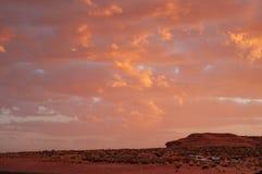 Wolken in een rode gekleurde zonsondergang in het de Woestijnplateau van Colorado in Tuba City, Verenigde Staten stock foto