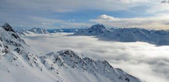 Wolken in een vallei in Alpen Stock Foto's