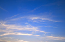 Wolken in einem blauen Himmel Lizenzfreies Stockbild