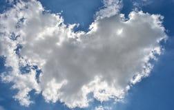 Wolken in einem blauen Himmel Stockbild