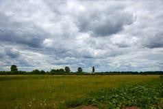 Wolken eines enorme Sturms über dem Feld stockbild