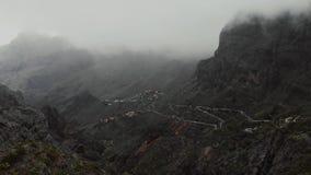 Wolken en bergen Regenachtig weer in de canion in de bergen, mening van hierboven stock video