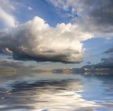 Wolken en bezinning Royalty-vrije Stock Afbeeldingen