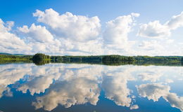 Wolken en Bezinningen Stock Foto