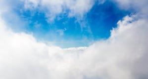 Wolken en blauwe hemel stock afbeeldingen