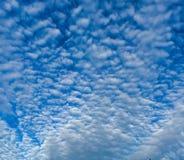 Wolken en blauwe hemel Royalty-vrije Stock Foto's