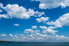 Wolken en blauwe hemel over de Baai van Varna de Zwarte Zee Bulgarije Stock Foto