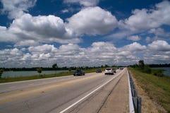 Wolken en blauwe hemel over de weg stock fotografie