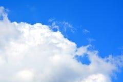 Wolken en bluhemel royalty-vrije stock afbeelding