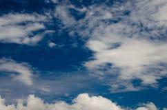 Wolken en Diepe Blauwe Hemel stock afbeeldingen