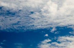 Wolken en Diepe Blauwe Hemel royalty-vrije stock afbeeldingen