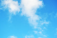 Wolken en Duidelijke Blauwe Hemel Stock Foto