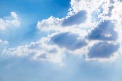 Wolken en een blauwe hemel stock foto's