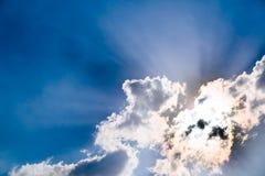 Wolken en een blauwe hemel royalty-vrije stock afbeelding