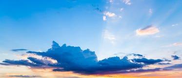 Wolken en hemel bij zonsondergang Stock Afbeeldingen