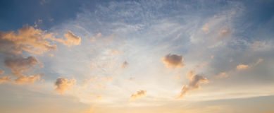 Wolken en hemel in de avond Royalty-vrije Stock Foto's