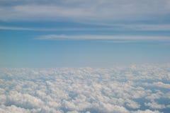 Wolken en hemel zoals die door venster van een vliegtuig wordt gezien Royalty-vrije Stock Foto