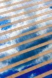 Wolken en hemelbezinning in de vensters Stock Afbeelding