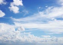 Wolken en hemelblauw Stock Foto