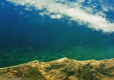 Wolken en kustlijn Stock Fotografie