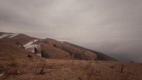 Wolken en mist, een Schots landschap in Italiaanse Prealps stock videobeelden