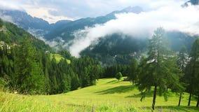 Wolken en Mist over de Bergachtige Landelijke Vallei Snelle motie stock footage